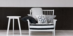 armchair in wood and conìvering in linen made in italy